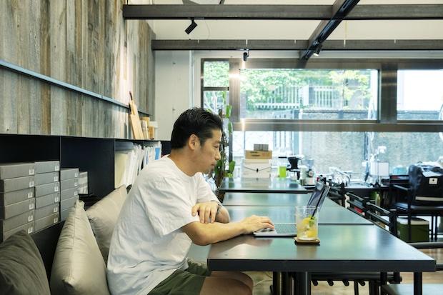 カフェエリアで仕事をする谷尻さん