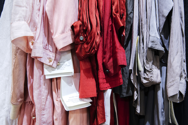 カラフルな洋服が並ぶアトリエ