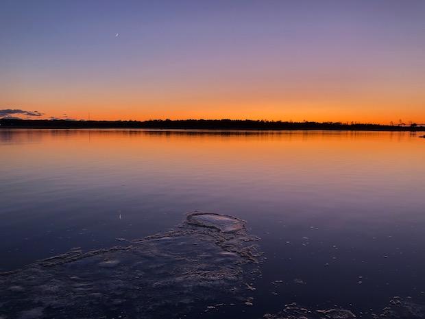 海面に薄い氷が張り始める晩秋