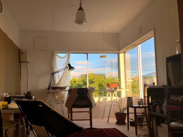 窓外にエゾヤナギが見える根室の家