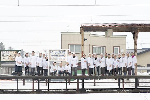 津軽あかつきの会のメンバー。平均年齢70歳で始まった活動は、現在20〜30代にも受け継がれ、約30名で活動しています。右から3番目が代表の工藤さん。(撮影:船橋陽馬)