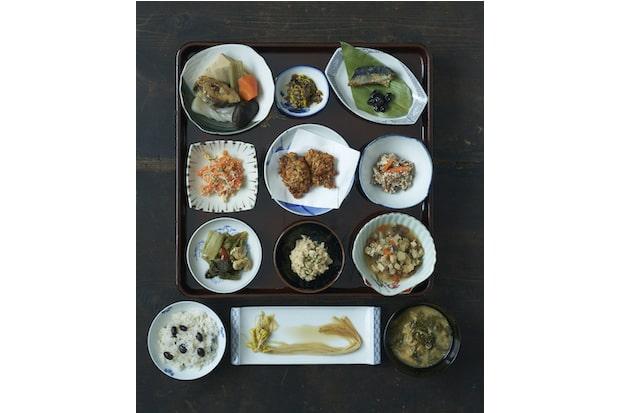 ある日の冬の膳。出汁に使う昆布や煮干し、タラやイカなど、一部に海産物は使われていますが、メニューはほとんどが野菜や山菜、豆類などで構成されています。「上の世代の人たちは健康だった」と、固有種も大切にしている工藤さん。伝統野菜の「大鰐温泉もやし」や「清水森ナンバ」(トウガラシ)・「毛豆」(枝豆)など在来種も料理に取り入れ、伝え繋いでくれています。手前中央が温泉水と地熱で栽培する大鰐温泉もやし。(撮影:船橋陽馬)