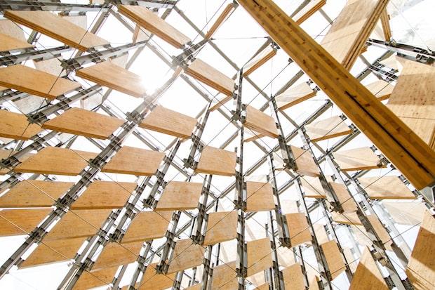 木の葉をイメージしたCLTパネルが、スパイラル状に空へ舞い上がるようなデザインのファサード。パネル間にわずかな隙間を設け、風が通るように設計されており、内部にも風が吹き抜けます。