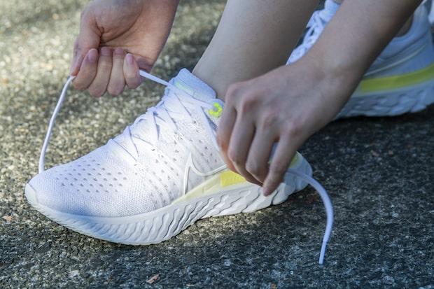 ビーズのような見た目の〈足守(あしまもり)〉は靴紐に通すことで、お守りとして身につけることができる。