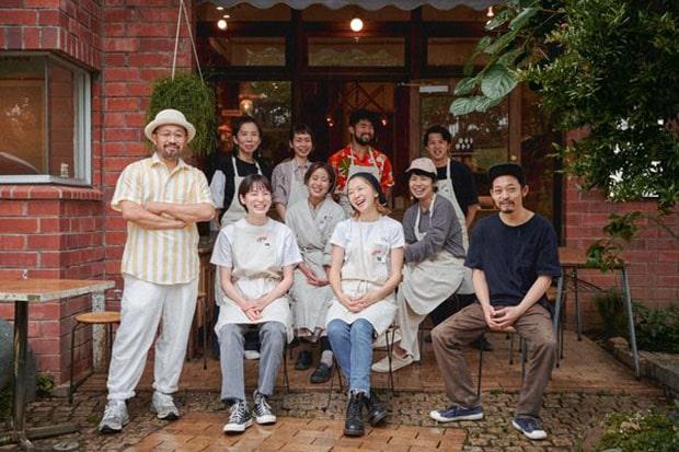 青果ミコト屋の代表・鈴木鉄平さん(前列左)、山代徹さん(前列右)。ミコト屋は、2020年4月に横浜市青葉区に初の実店舗となる〈MICOTOYA HOUSE〉をオープン。日本各地の食材でつくられるクラフトアイスクリームの〈KIKI NATURAL ICECREAM〉も併設。