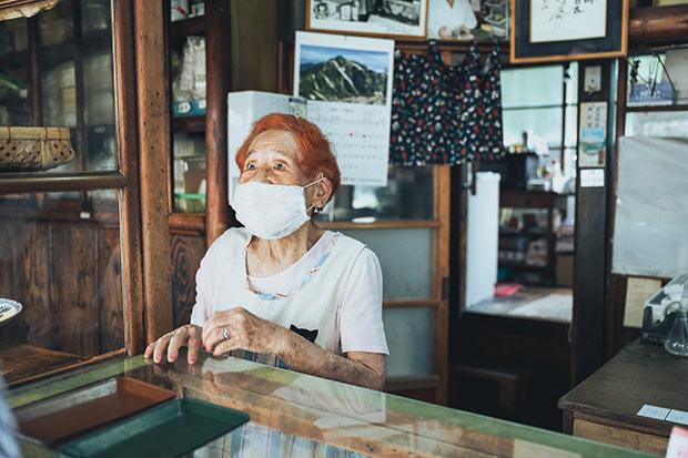 歳の話ばかりでは失礼だが、それにしても驚きの96歳。おしゃれなヘアカラー、声も快活。「このお豆は、中国の青海。それからこちらは河内」と商品の説明も滑らか。すごい。