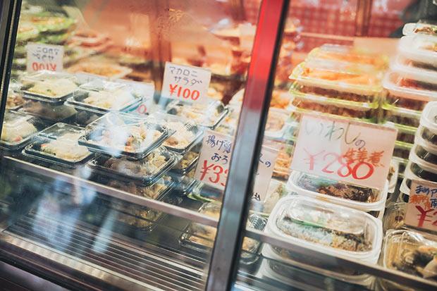 冷菜は定番や懐かしものだけではなくアイデアメニューも。最近の人気は「花椒エリンギ」(180円)なるピリ辛総菜。単身、高齢者も多い場所柄、少量のおひとり様サイズがあるのもうれしい。