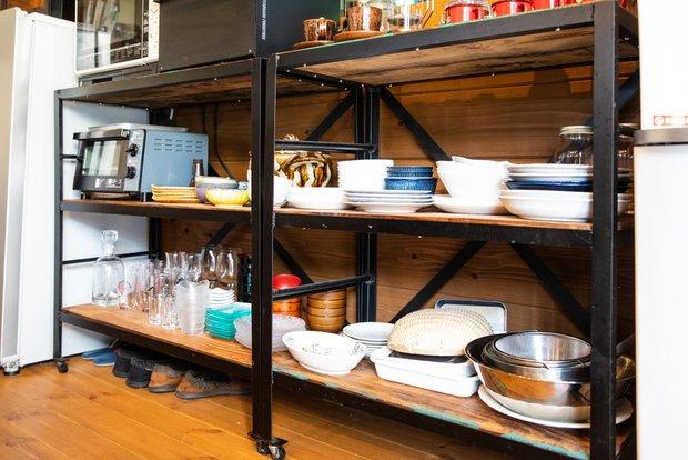 少し歪んでいるところが反省点という食器棚。