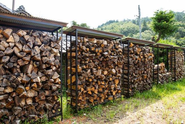 5台の薪棚を設置。これだけあっても、ひとシーズン分の燃料にしかならない。