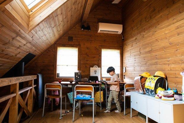 3人の子どもたちの勉強スペース。実際に小学校で使われていた勉強机とイスを使用している。