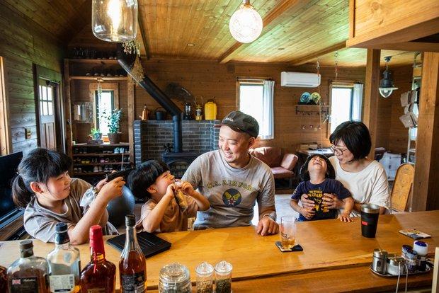 3人のお子さんと、アイランドキッチンに据えつけた自作のテーブルにて。
