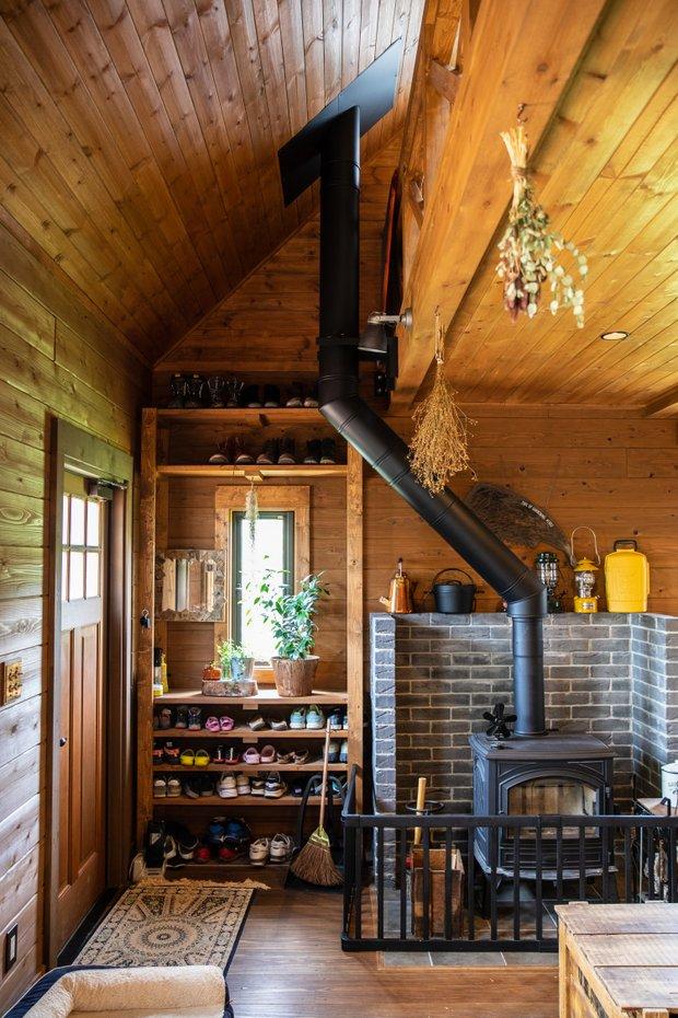 吹き抜けなので、薪ストーブで2階まで充分に暖かい。