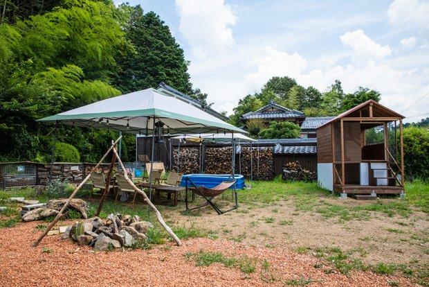 庭には小屋と張りっぱなしのタープに、ファイヤーピットも設置。まるでキャンプ場だ。
