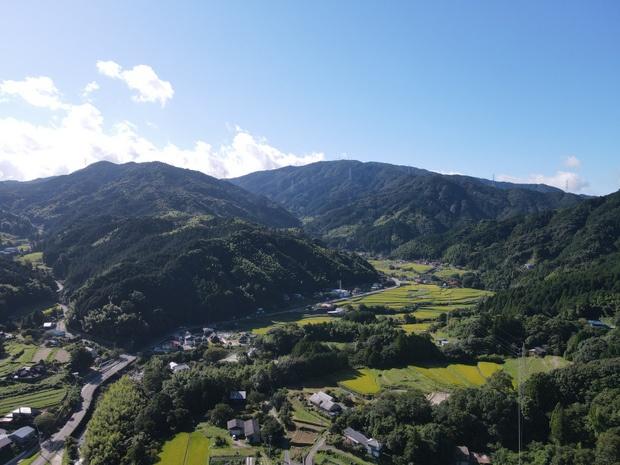 那珂川市南畑地区の上空から。眼前には棚田が広がる。