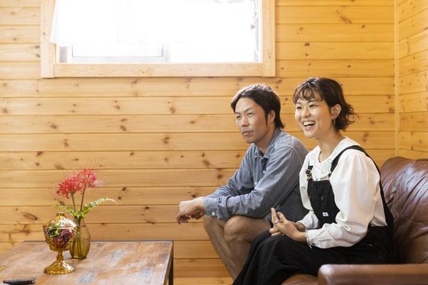 吉原さん夫妻。花瓶に生けられているのは、この日の朝に、家の前の川べりで摘んできた彼岸花。