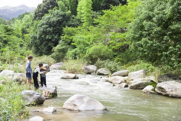 庭の先に広がる、筑紫耶馬渓。この澄んだ小川まで徒歩10秒!