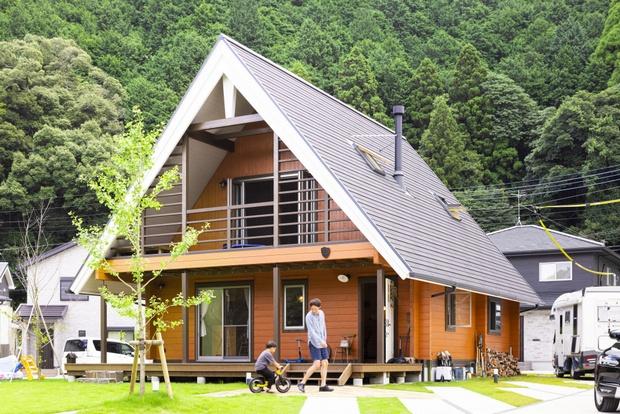 隣の坂田家がグレーなため、違う色をと選んだオレンジ。芝生とのコントラストも抜群。