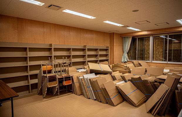 荷物が残っていた図書室。(撮影:佐々木育弥)