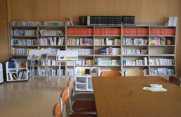 本を並べ図書室を再生。
