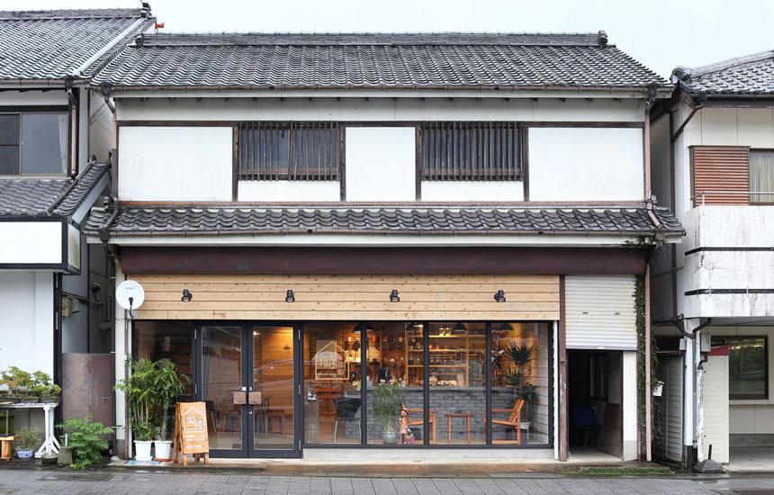 焼酎工場の倉庫がコーヒー焙煎所へ。日南市・飫肥城下町の〈塒珈琲〉と〈PAAK DESIGN OFFICE〉