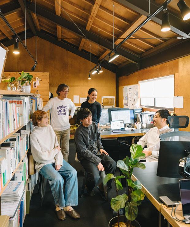 ひとりでコツコツつくった事務所に、いまでは何人もの仲間が集まり、デザインだけでなくいろいろなことに取り組んでいる。