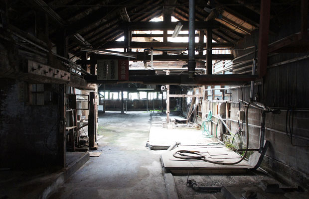 別棟の元酒造の内観。現在は取り壊されて駐車場になっている。菌がついた柱や梁が印象的。