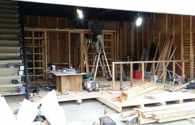 工事中。シャッターを開けると玄関もない、がらんどうの空間だったため、すべてを一からつくることに。