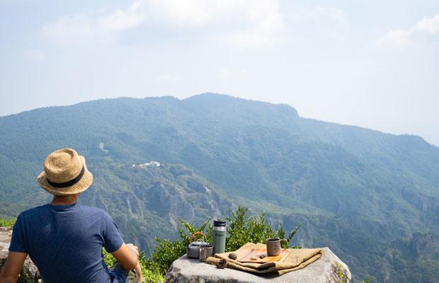向こうの山を眺めながら、しばしコーヒータイム。