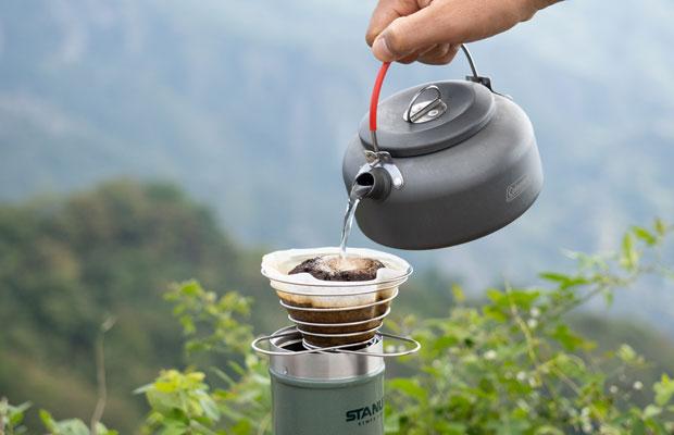 〈コールマン パッカウェイケトル〉(0.6L)でコーヒー粉にお湯を注ぎます。