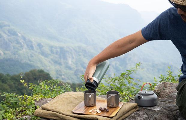 寒い日は淹れたコーヒーがすぐ冷めちゃうので、〈スタンレー〉の〈ワンハンドマグ〉で保温。