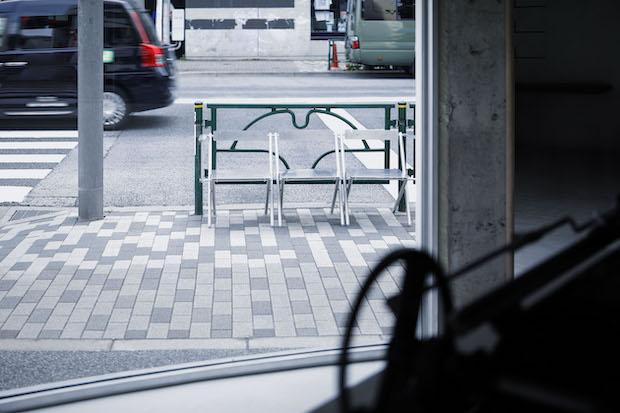 ラックのアルミ材や椅子、スタンドライトはアルミ作家の永瀬次郎さんとともにデザインされたもの。