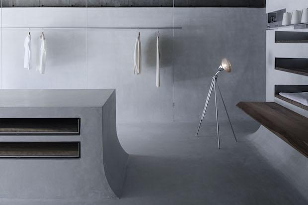 〈BATONER〉店内。スタンドライトや椅子など、端正で無駄のないデザインが空間と美しく調和している。