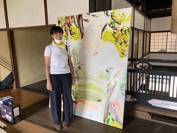 蓮輪友子さんの描く油絵は、明るく光を放つような表現が特徴的。観る人がどう捉えるか、説明しすぎないように気をつけているという。