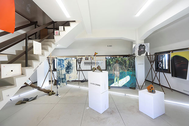 地蔵坂櫓の空間に、ピタリと収まった13名のアート作品。(撮影:中倉壮志朗)