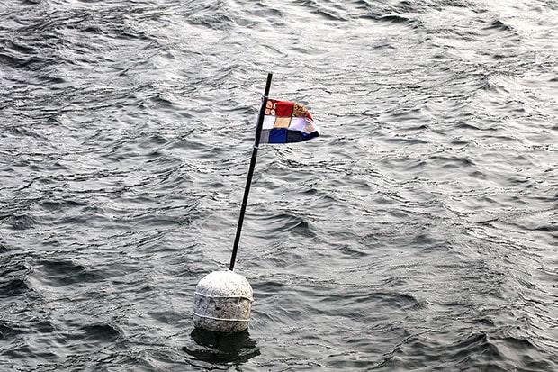 平戸湾に浮かぶ旗。(撮影:中倉壮志朗)
