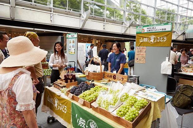 毎年恒例の〈日本全国ふるさとマルシェ〉では、新鮮な生鮮食品や地域で自慢の加工食品などの販売も。