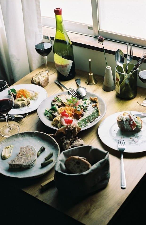 〈sunuser〉と丸山智博によるコラボ惣菜プレート6種盛り 1,800円 ※写真はイメージ