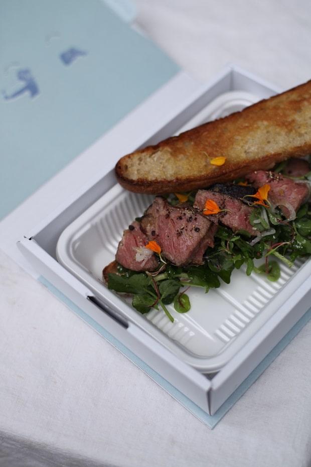 〈HAPPY HOUR〉のローストビーフと但馬の野菜を〈OFF〉のカンパーニュでサンドしたコラボサンドイッチ。 ※写真はイメージ