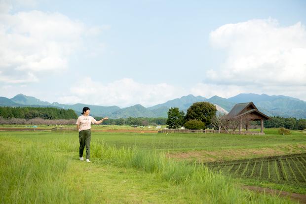 野村さんが歩いているのは「鬼の窟古墳」の土堤