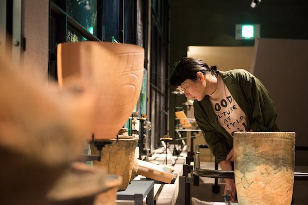 考古博物館の展示に見入る野村さん。