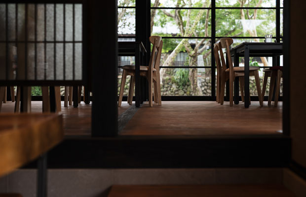 武家屋敷の板間を表現するために飫肥杉の板を張った床。