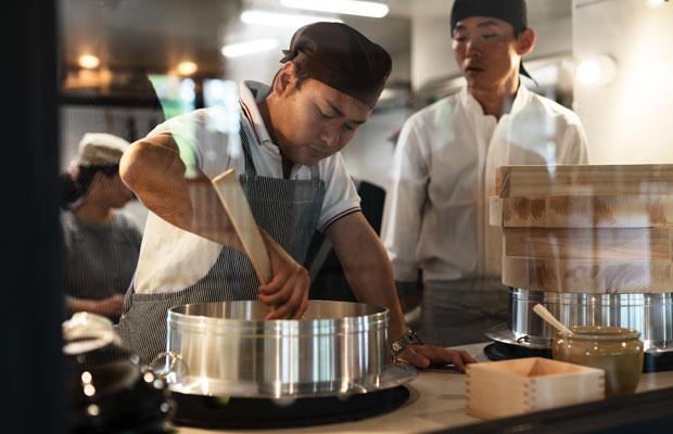 オープン時、店頭に立ち忙しくお客さんの対応をする本田さん。