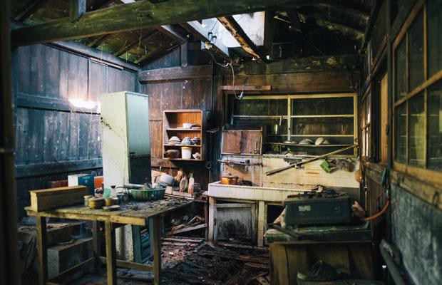 既存の内部の状態。さまざまな時代の家財道具が混在していた。