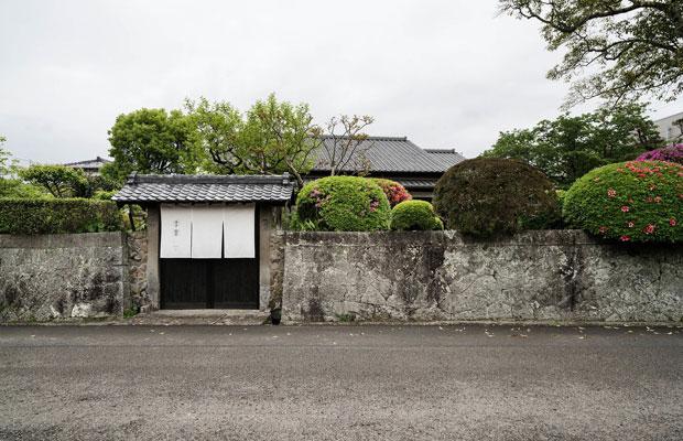 新しい飫肥のまちづくりの起点となった古民家宿〈季楽 飫肥 勝目邸〉。まち並みになじむ風景を保存し、古民家を利活用した宿。