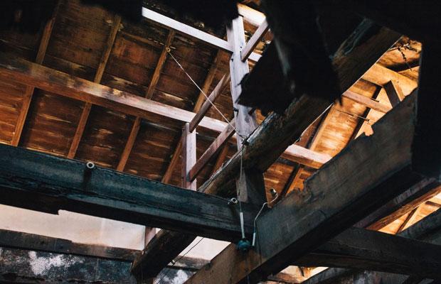 既存の屋根の構造体。梁のサイズや、柱梁間の寸法を再現するよう設計する。