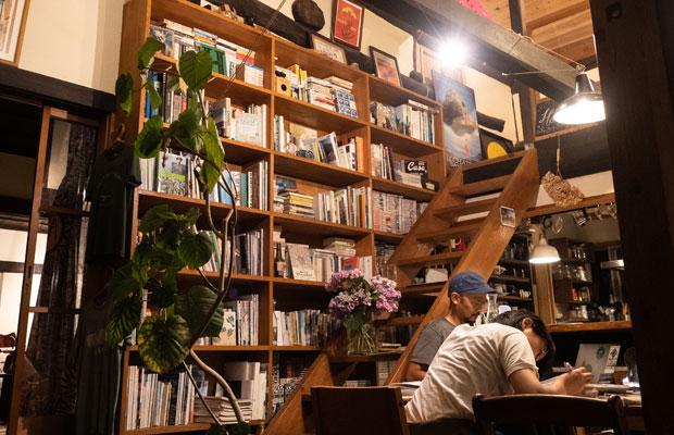 わが家の本棚。大学生の頃くらいから約20年分の本や雑誌、漫画が並んでます。
