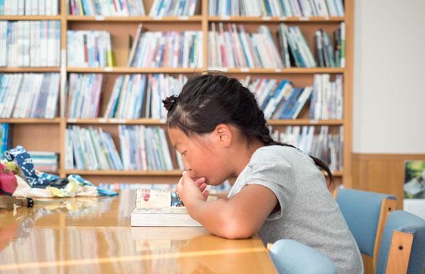 島には立派な公立図書館があります。いろは(娘)が小さい頃はよく一緒に図書館に行って本を読んだり借りたりしてました。
