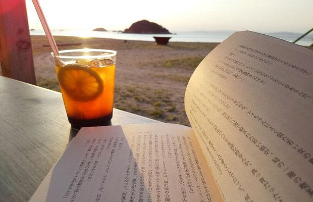 サンセットを目の前に、海辺で読書なんて最高。そういう時間をつくってくれます。